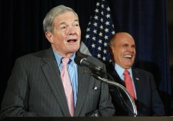 Sen. Bond endorses Giuliani for president in Washington