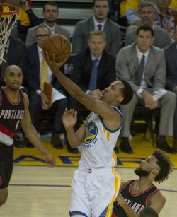 Warriors Shaun Livingston puts up two against Portland