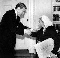 MOTHER TERESA SHAKING HANDS WITH PRESIDENT RONALD REAGAN