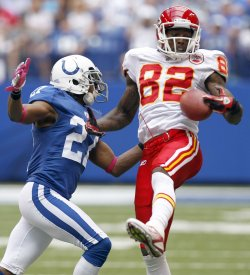 Chiefs Bowe Grabs Pass Over Colts Lacey