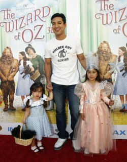 TELEVISION PERSONALITY MARIO LOPEZ, WITH HIS DAUGHTER GIA AND ANOTHER FAMILY MEMBER ATTEND THE PREMIERE OF THE WIZARD OF OZ 3D AT TCL CHINESE THEATRE IMAX IN LOS ANGELES