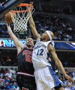 Wizards Singleton fouls Bulls Miller in Wasington