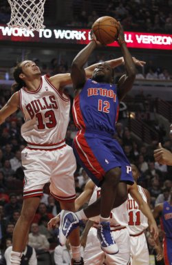Pistons' Bynum drives on Bulls' Noah in Chicago