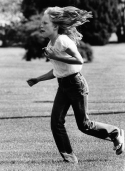 Amy Carter runs back to the White House over the grass