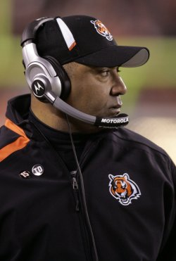 Bengals Coach Lewis Watches Team Against Jets
