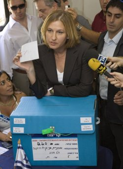 Tzipi Livni casts her vote in the Kadima elections in Tel Aviv