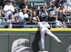 White Sox's Lillibridge reaches for home run ball against Tigers in Chicago