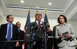 Pelosi, House leaders meet with economists in Washington