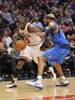 Bulls' Deng drives on Mavericks' Carter in Chicago