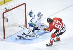 Blackhawks Frolik scores on penalty shot against Canucks in Chicago