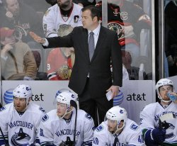 Canucks coach Vigneault talks to team against Blackhawks in Chicago