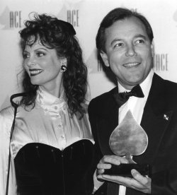 Ruben Blades receives an ACE Award from the hands of presenter Lesley Ann Warren