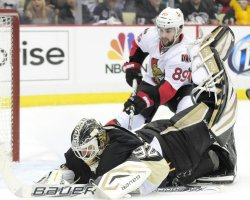 Penguins Goalie Vokoun Dives on Puck in Pittsburgh