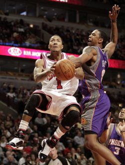 Suns Frye fouls Bulls Rose in Chicago
