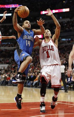 Magic's Nelson drives on Bulls' Rose in Chicago