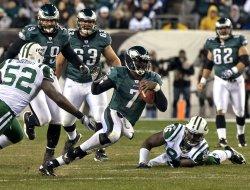 Philadelphia Eages quarterback Michael Vick scrambles for a 9-yard gain during second quarter play