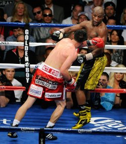 Floyd Mayweather and Robert Guerrero Fight For WBC Welterweight Title in Las Vegas