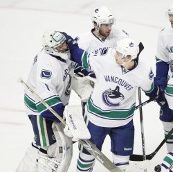 Canucks Luongo and Raymond celebrate win in Chicago