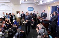 Obama celebrates birthday with Helen Thomas at White House