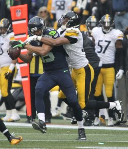 Seahawks Jermaine Kearse catches a pass against Steelers