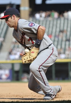 Twins' Mauer fields ground ball against White Sox in Chicago