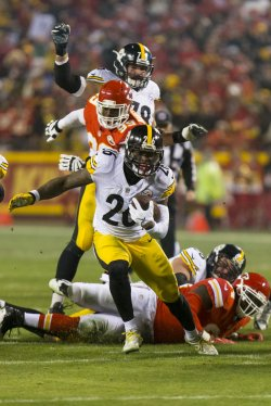 Pittsburgh Steelers Le'Veon Bell runs into the Kansas City Chiefs backfield in Kansas City