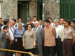 INDONESIAN PRESIDENT VISITS BOMB SITE