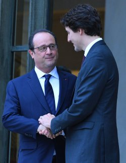 Trudeau Shakes Hands With Hollande in Paris After Security and Climate Talks