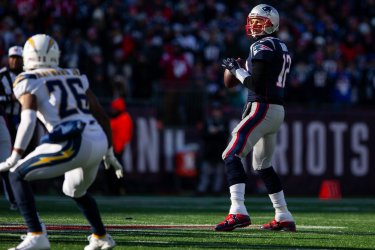 Patriots Brady passes against Chargers