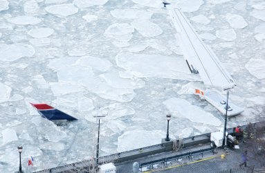 Icy Hudson River delays removal of crashed US Airways jet in New York