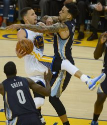 Warriors Stephen Curry fouled in win number 73