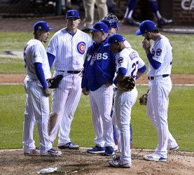 Cubs manager Maddon talks to players in NLCS against Dodgers