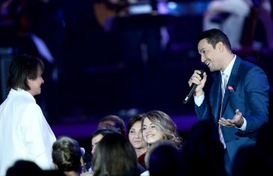 Roberto Carlos and Victor Manuelle at the Person of the Year tribute in Las Vegas