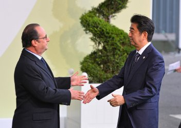 Shinzo Abe Arrives at Opening of UN Climate Summit Near Paris
