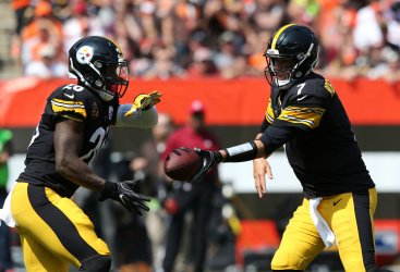 Steelers Roethlisberger hands the ball off to Bell against the Browns