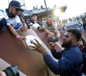 Cowboys Elliott signs autographs prior to game against Cardinals at Hall of Fame Game