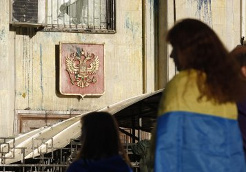 Protesters in Kiev attack Russian Embassy