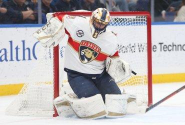 Florida Panthers goaltender Roberto Luongo makes save