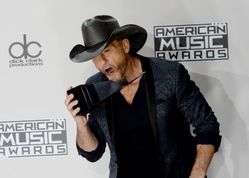 Tim McGraw wins an award at the 2016 American Music Awards in Los Angeles