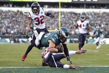 Eagles tight end Zach Ertz dives for a touchdown