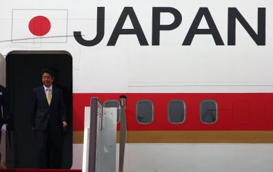 Abe arrives for the G20 in Hangzhou