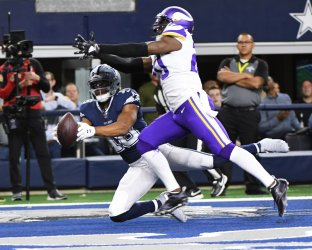Cowboys wide receiver Amari Cooper (19) makes a 22-yard touchdown catch aagainst the Vikings