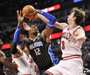 Bulls' Asik Fouls Magic's Howard in Chicago