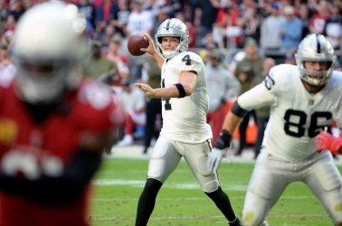Raiders' Carr throws touchdown pass