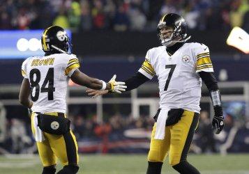 Steelers Ben Roethlisberger slaps hands with Antonio Brown