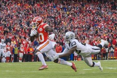 Chiefs wide receiver Tyreek Hill (10) catches a touchdown pass