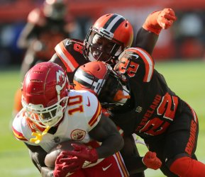 Chiefs Hill hit hard by Browns defense