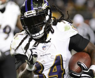 Baltimore Ravens Alex Collins Runs For the Sidelines