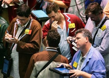 Oil prices remain lower at New York Mercantile Exchange in New York