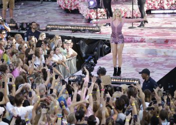 Taylor Swift performs on GMA in New York